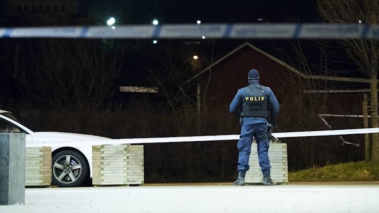Avspärrningar och polis med förstärkningsvapen på Närlundavägen.