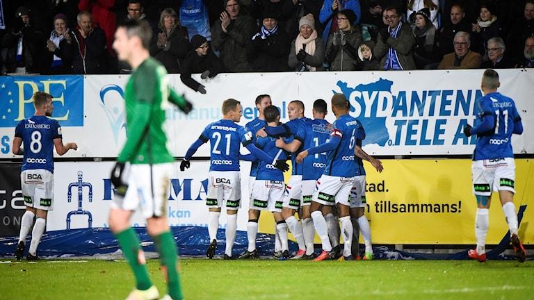 Trelleborgs FF jublar efter Zoran Jovanvics ledningsmål mot Jönköping. Foto: Emil Langvad/TT.