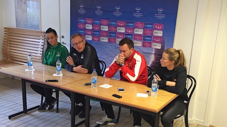 Hallbera Gisladottir/fotbollspelare, Emma Berglund/lagkapten, Jack Majgaard Jensen/tränare, Cecilia Ekman/reporter