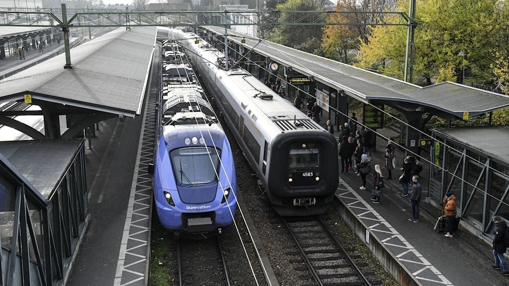 Ett Pågatåg och ett Öresundståg vid perrong på Lund C