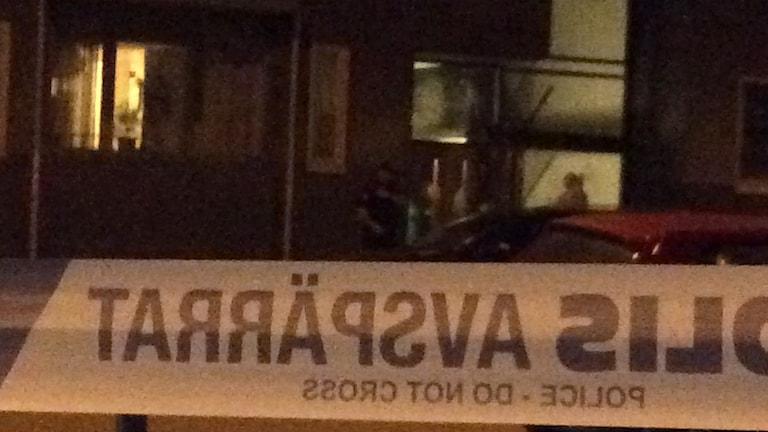 Många boende såg avspärrningarna efter detonationen på Möllevångsgatan. Foto: Anne Sseruwagi/Sveriges Radio.