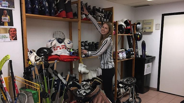 Emma Salander på Fritidsbanken med idrottsutrustning.