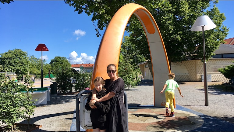 Mor och dotter vid lekplats