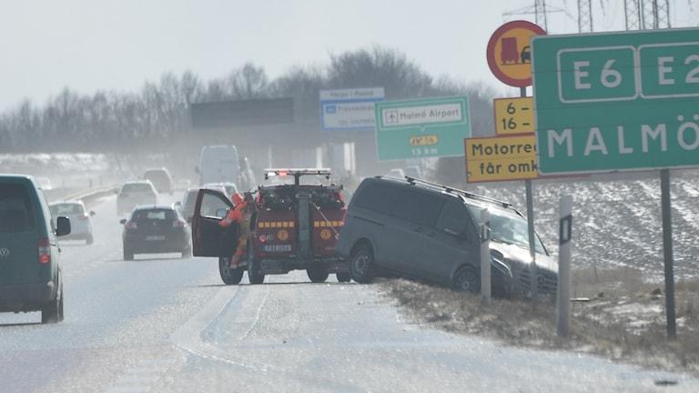 Ett stort antal fordon kolliderade i en seriekrock på E22 strax öster om Lund. Nio fordon måste bärgas från platsen. Foto Johan Nilsson / TT