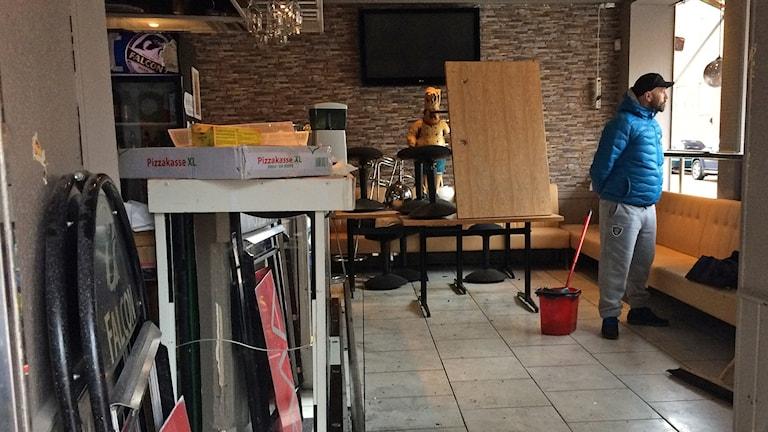 Ägaren Slavomir Dedic Miro inne på pizzerian i Landskrona där handgranaten sprängdes. Foto: Martina Greiffe/Sveriges Radio.