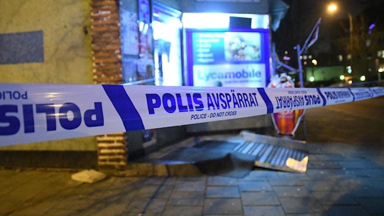 Avpärrningar utanför butik i Trelleborg där två personer skadades vid väpnat rån. Foto: Johan Nilsson/TT.