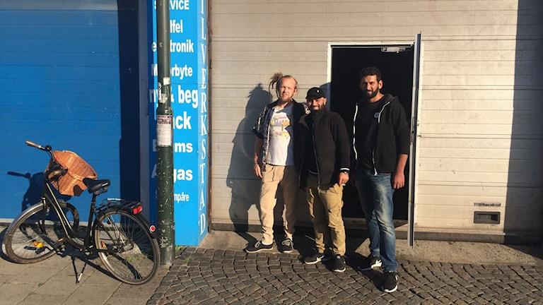 Sebastian Ward får nycklarna till garaget som ska bli dansgolv imorgon av Shwan Mustafa och Ebo Karim.