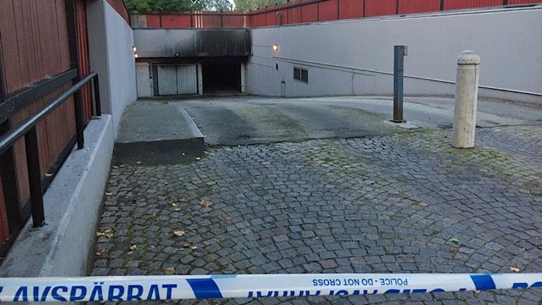 Upp till tio bilar blev brandskadade och många fler rökskadade vid en garagebrand på Rosengård i Malmö. Foto: Martina Greiffe/Sveriges Radio.