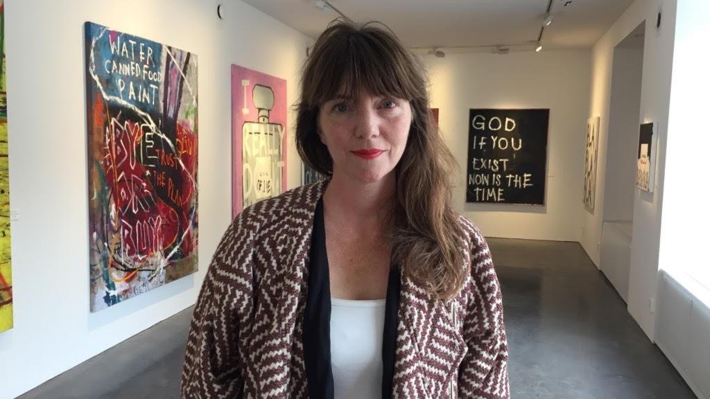 kvinna med brunt hår i galleri