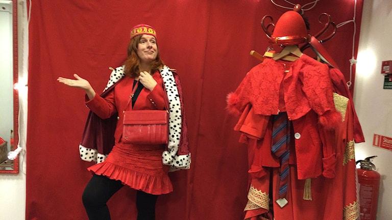 Madeleine Fritsch Lärka, röd reporter - utklädningskläder finns på plats för den som vill bli helt röd!
