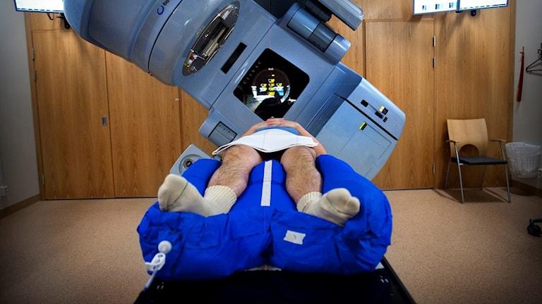 Strålningskanon behandlar cancerpatient.