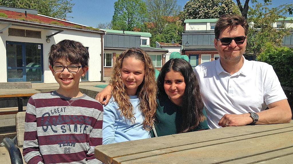 Bästa läraren med tre av sina elever.