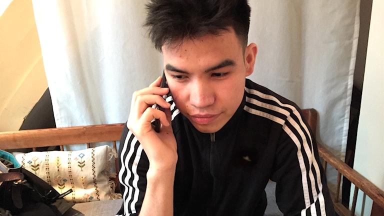 I dag ska han ringa för att försöka få kontakt med de där hemma.