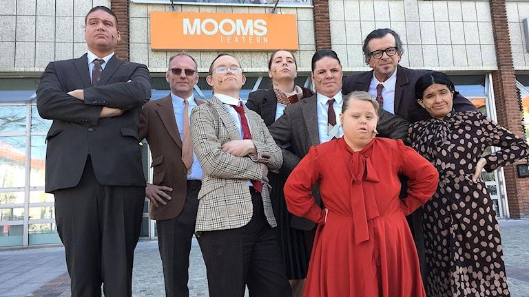 Ensemblen på föreställningen om makt på Moomsteatern.