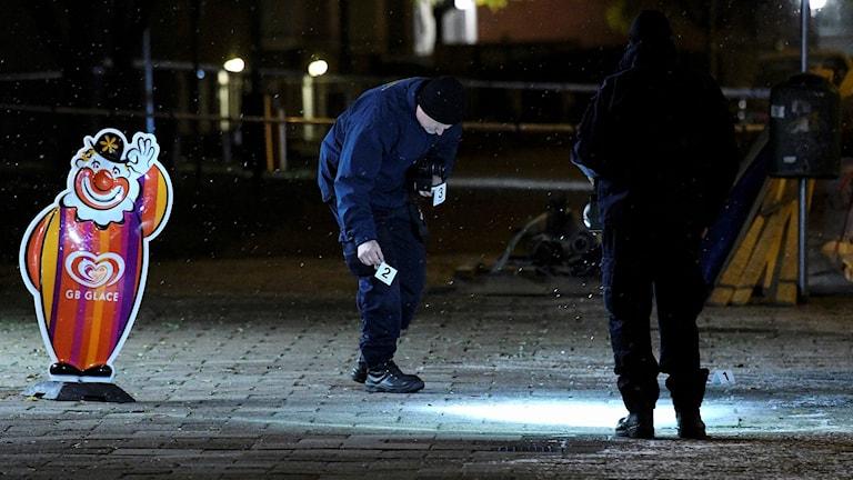Polisens tekniker undersöker platsen där en man i 45-årsåldern skadades i en skottlossning på Spånehusvägen i Sorgenfri i Malmö på tisdagskvällen. Foto: Johan Nilsson/TT