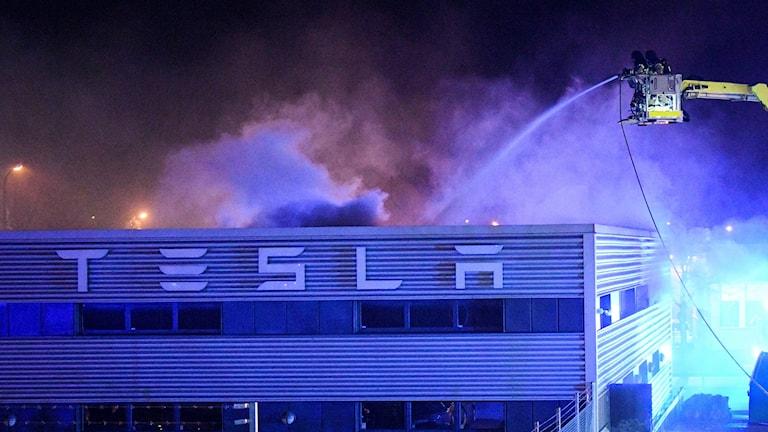 En brand startade på torsdagskvällen i elbilstillverkaren Teslas nyöppnade lokaler i Jägersro i Malmö. Foto: Johan Nilsson/TT