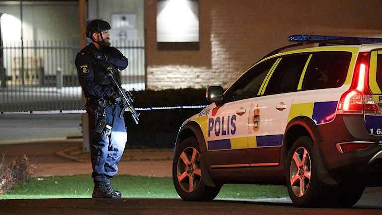 Polis med automatvapen utanför polishuset i Helsingborg efter en kraftig explosion natten till onsdagen. Foto: Johan Nilsson/TT