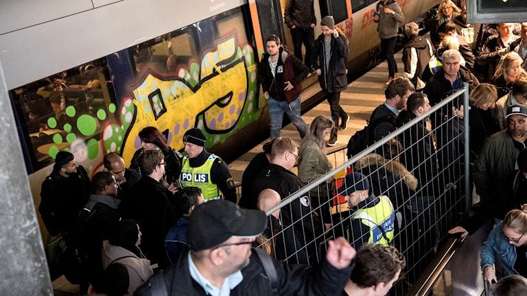 Polis och passkontrollanter kontrollerar passagerare på ankommande tåg från Danmark vid gränskontrollen på station Hyllie i Malmö i maj.