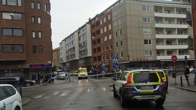 Polisen spärrade av området nära Möllevångstorget i Malmö där man fick skador vid beskjutning mitt på förmiddagen. Foto: Martina Greiffe/Sveriges Radio.