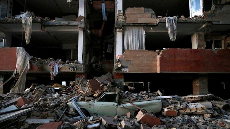 Den kraftfulla jordbävningen har nu skördat över 300 offer och tusentals har skadats vid gränsområdet mellan Irak och Iran.