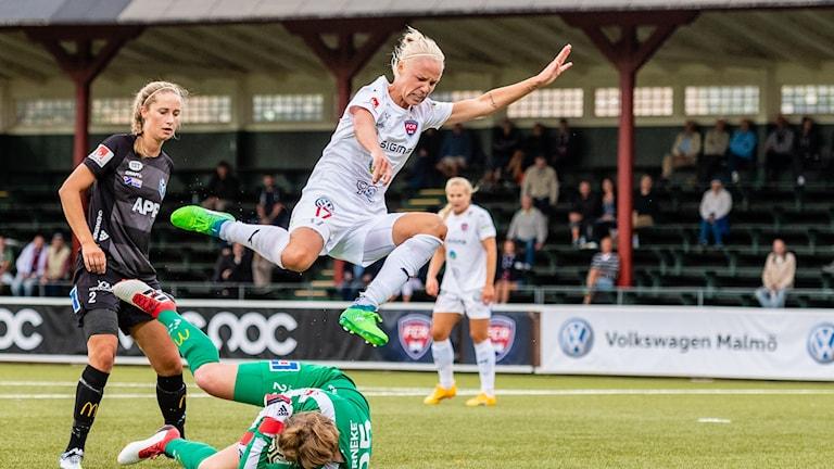 FC Rosengårds Carolina Seger hoppar över Växjös målvakt.