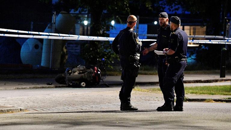 Poliser och avspärrningar vid den plats i Lindängsplan i Malmö där en man skjutits under torsdagskvällen.