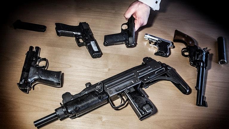 Vapen som tullen tagit i beslag. Foto: Tomas Oneborg/TT.