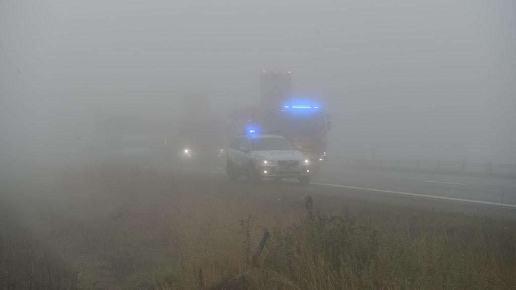 Polisbil i dimma.
