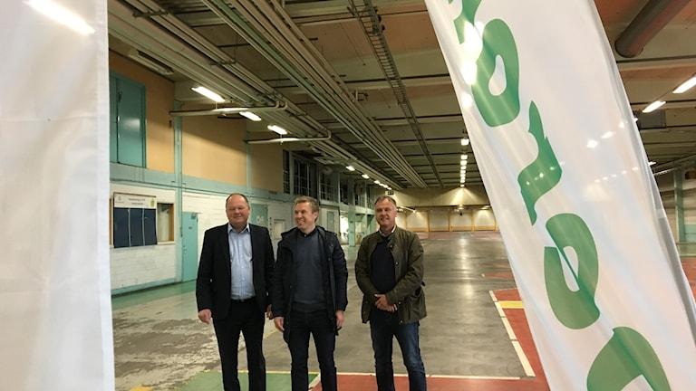 Glada miner på gamla Pilkington, från vänster Torkild Strandberg (L) Johan Winroth, vd och Lars Borup, platschef, Derome.