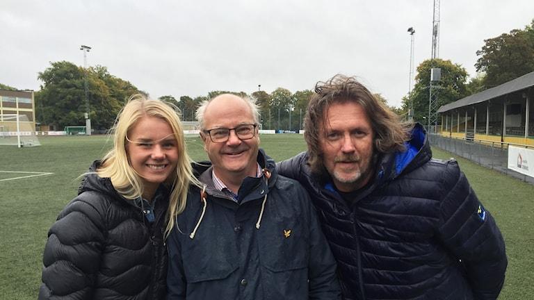 Spelaren Nellie Lilja, LB07:s klubbchef Johan Andersson och tränare Sven Schunesson.
