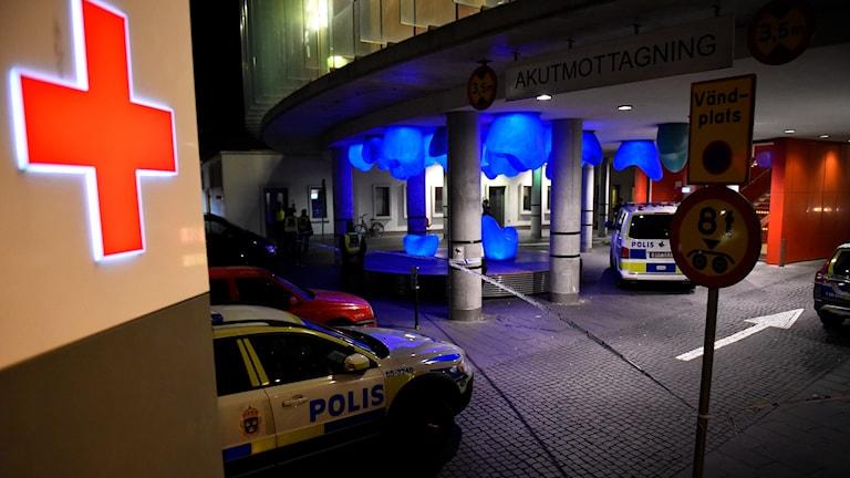 Rött kors polisebil entré till akuten vid Skånes universitetssjukhus i Malmö för vård. Foto: Emil Langvad/TT.