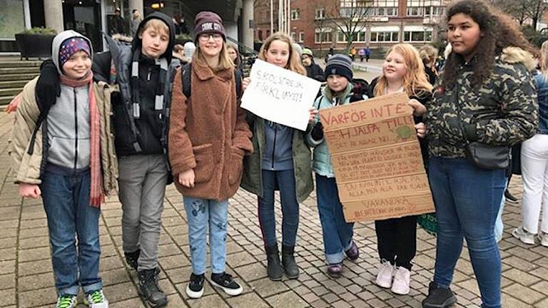 Strejkande elever från Sorgenfriskolan framför Stadshuset i Malmö. Foto: Hanna Palm/Sveriges Radio.