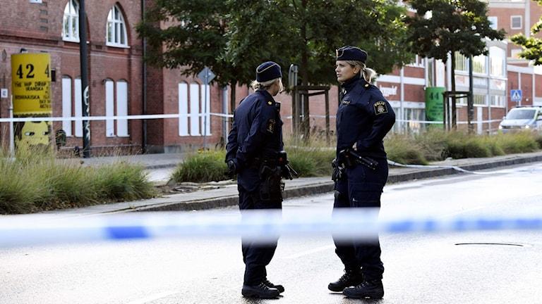 Poliser utanför festlokalen på Ystadsvägen i Malmö där tre personer skottskadades. Foto: Johan Nilsson/TT.