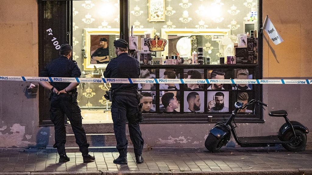 Poliser utanför frisersalong i Helsingborg