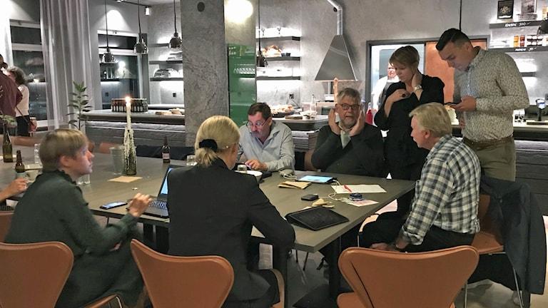 Socialdemokraterna i Malmö räknar febrilt på mandatfördelningen i kommunen. Foto: Gustav Wirtén/Sveriges Radio.