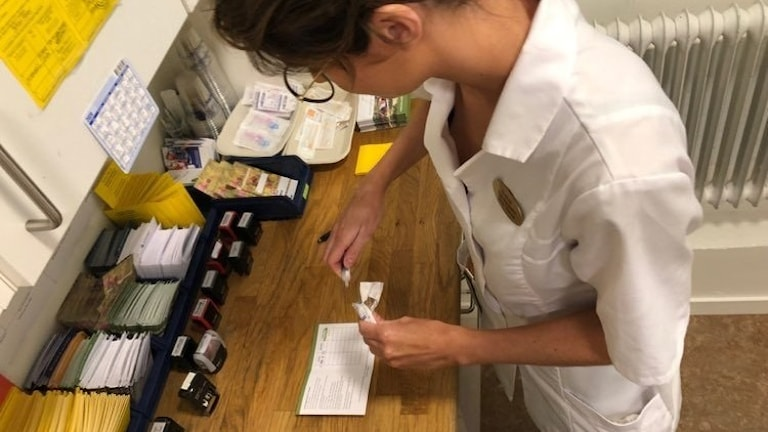 Evelina Helgesson, sjuksköterska, förbereder TBE vaccin