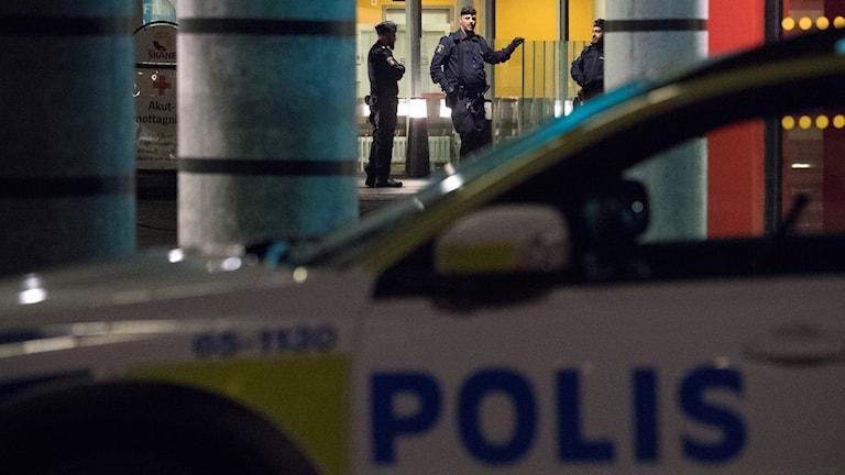 Polis på plats utanför akuten i Malmö efter att en person skottskadats på Ramels väg på Rosengård natten till söndagen.