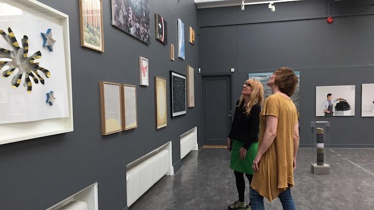 Yrr Jonasdottir och Helena Trenk tittar på konst