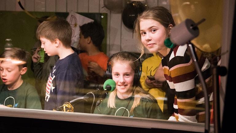 Klara Bergvall och Arvid Pålsson från Karstorpskolan tillsammans med klasskompisarna inne i buren.