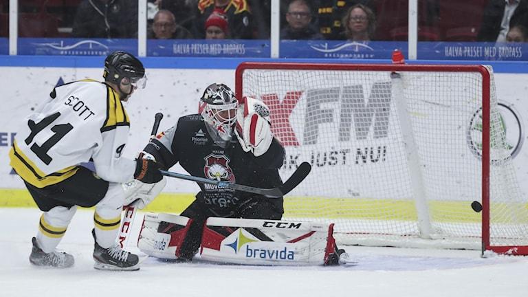 Brynäs Brynäs Greg Scott missar en straff mot Malmös målvakt Lars Volden.