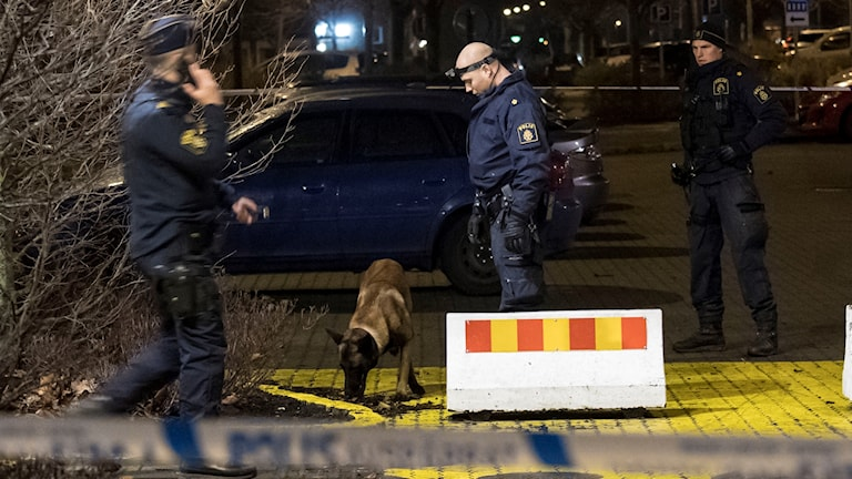 Polis med und undersöker brottsplatsen i centrala Trelleborg natten till torsdagen. Två personer i 15-årsåldern har skadats i Trelleborg. En pojke har förts till sjukhus med allvarliga skador.  Foto: Johan Nilsson / TT