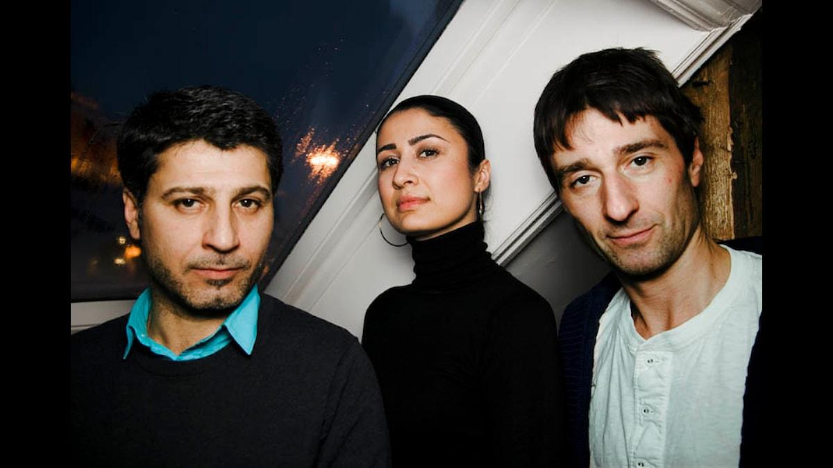 Diya Shaher, Sanarya Kalamgi och Peter Perski i Praktikplats Sverige. (Foto: Snezana Vucetic Bohm.)