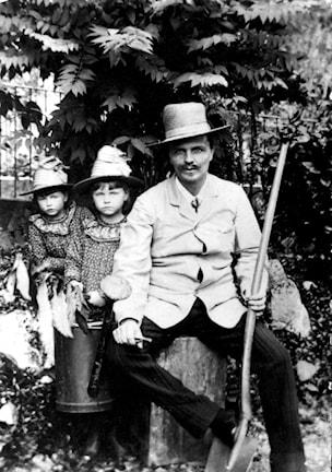 August Strindberg med ett par av barnen. (Foto: TT)