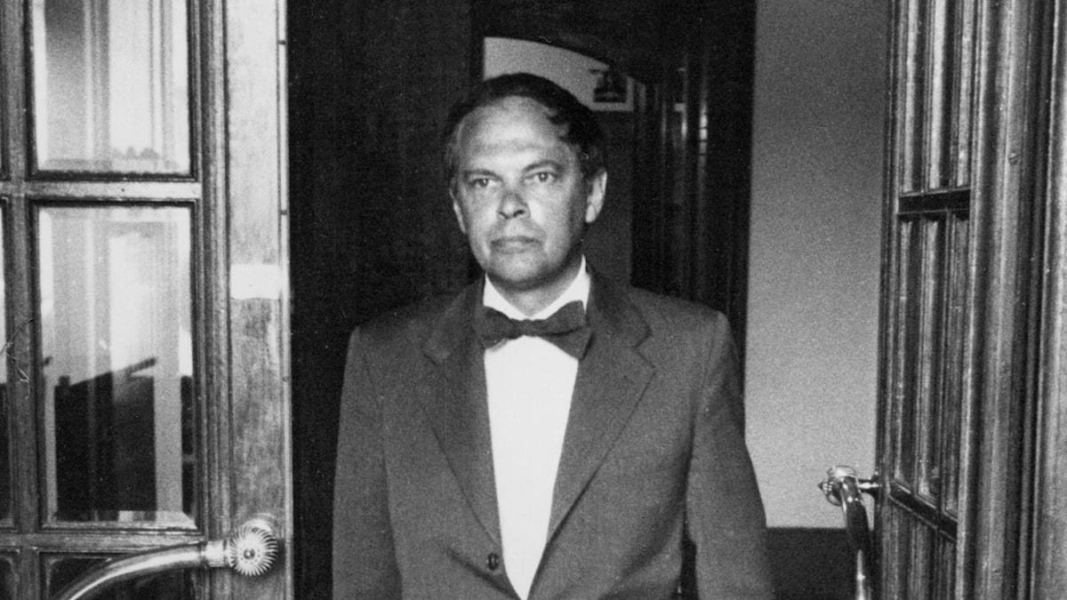 Toivo Pawlo kliver ut från Radiotjänst legendariska adress Kungsgatan 8, 1959 (Foto: Bertil S-son Åberg/SVT Bild)