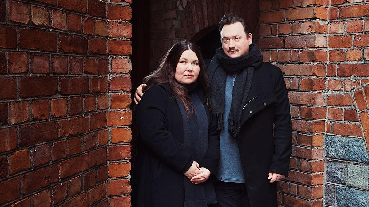 Lotti Törnros och Jonas Hellman Driessen i Hur ska det gå för Pinnebergs? Foto: Alexander Donka.