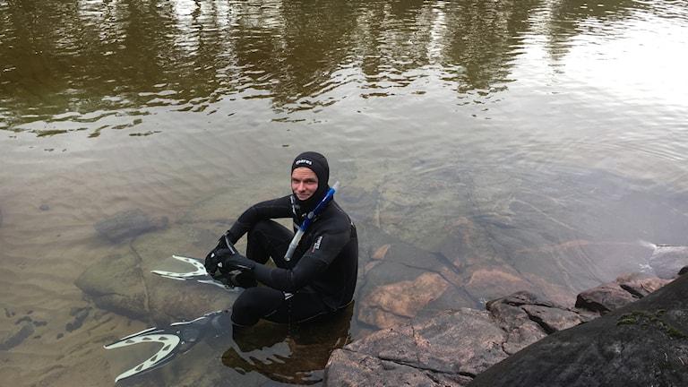 Jonathan Ljungqvist övade under torsdagsmorgonen på sitt världsrekordsförsök i Vättern – att simma en mil under vatten.