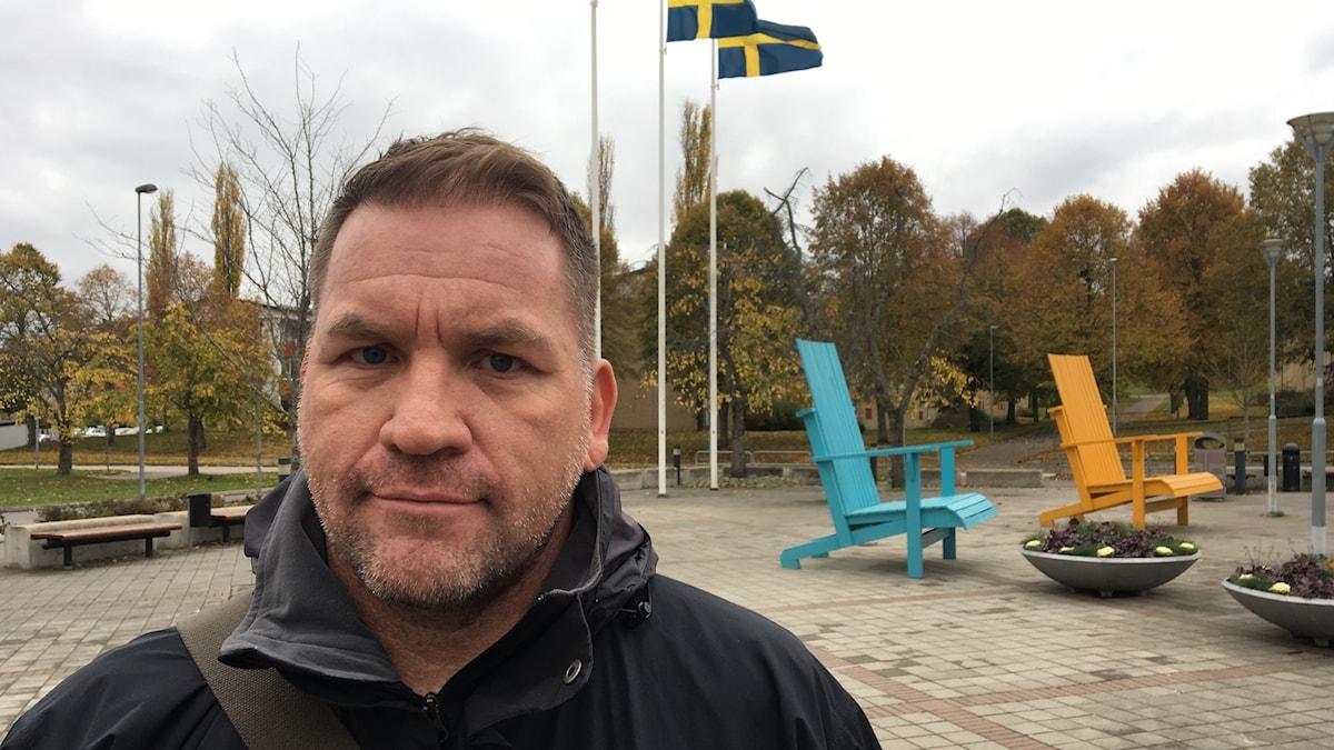 Jonas Plato, säkerhetschef i Skövde kommun på torget i Södra Ryd.
