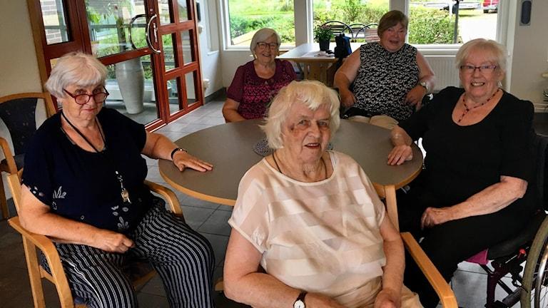 Vi träffade ett gäng pensionärer och pratade om deras oro för bedrägerier. Från vänster Barbro Brattberg, Aina Lindqvist, Alice Mikkelsen, Ingbritt Andresson och Margaret Larsdotter