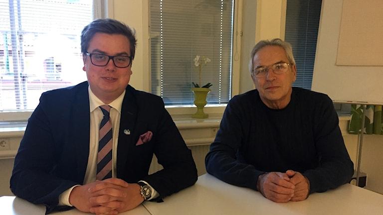 Skolnämndens andre vice ordförande Rasmus Möller (M) och skolnämndens ordförande Mario Melani (S).