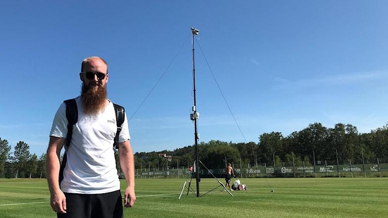 John Kihlström framför kameramast.